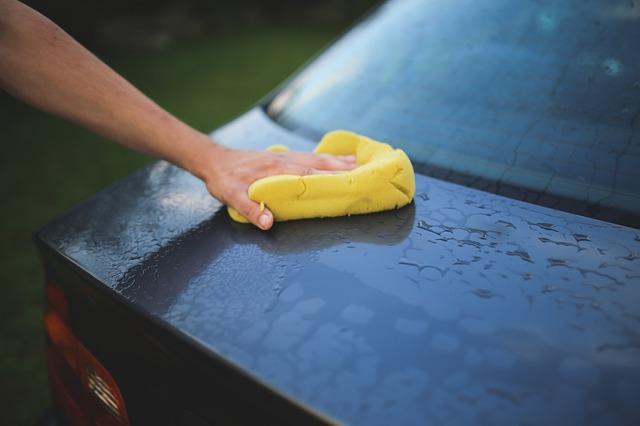 nettoyage de la voiture à la main