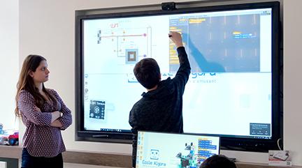 Un grand écran tactile qui attire l'attention du client
